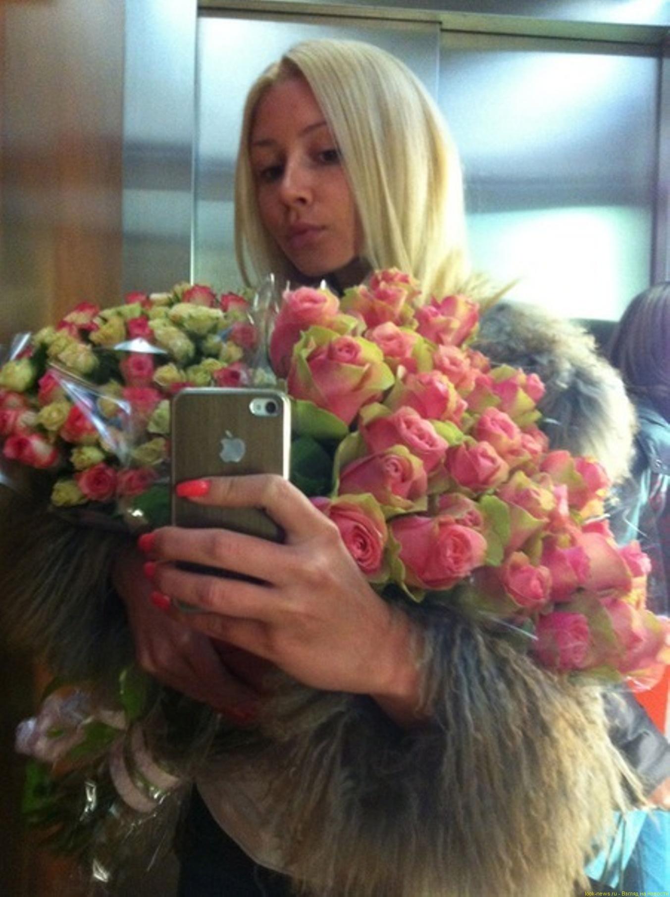 Фото голая девушка с букетом цветов 15 фотография