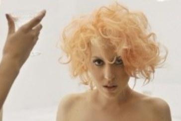 Леди Гага широко открыла глаза своим фанатам