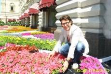 Малахов, Кабо и Михалкова украсили ГУМ живыми цветами