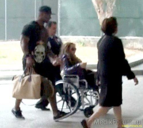 Мэрайя Керри в инвалидном кресле