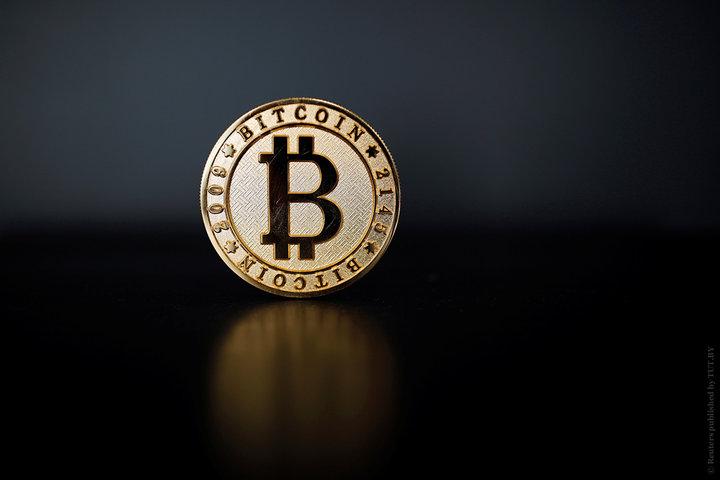 Курс самой популярной в мире криптовалюты биткоин упал