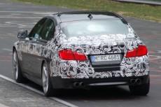 Спортивный BMW M5 снимает камуфляж