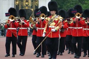 Британские гвардейцы снимут медвежьи шапки