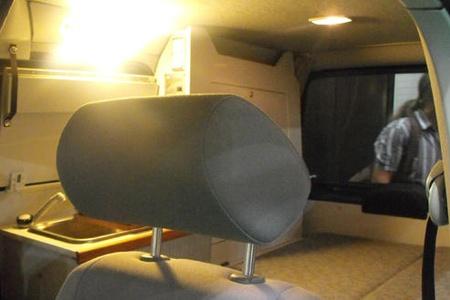 VW Caddy оборудован и местами для сна, и кухонькой, но может использоваться и для поездок на работу