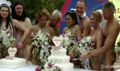 Массовая голая свадьба на пляже