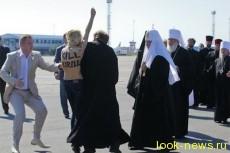Полуобнаженная девушка набросилась на патриарха Кирилла в Киеве
