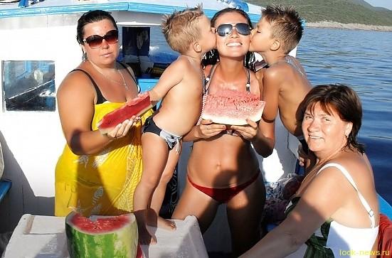 Юлия Такшина с детьми, мамой Любовью Митрофановной и двоюродной сестрой Таей Фото: Фото из семейного альбома