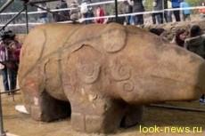 В Китае откопали огромную древнюю статую