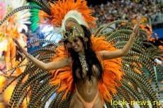 На бразильские карнавалы приезжают десятки тысяч туристов