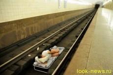 В московском метро экстремал улегся спать прямо на рельсы