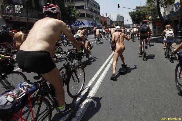 В Мехико состоялся голый автопробег