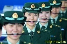 Так сотрудницам китайской таможни, при помощи палочек для еды, «прививают» доброжелательную улыбку