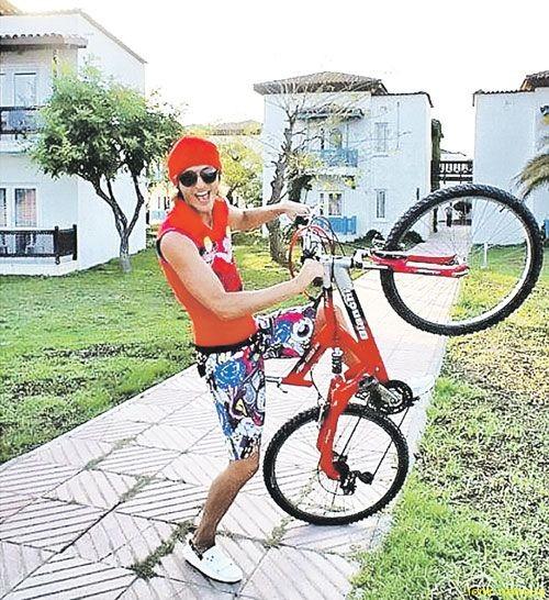 Брежнева и Воля - на велосипедах, а Седокова - на яхте