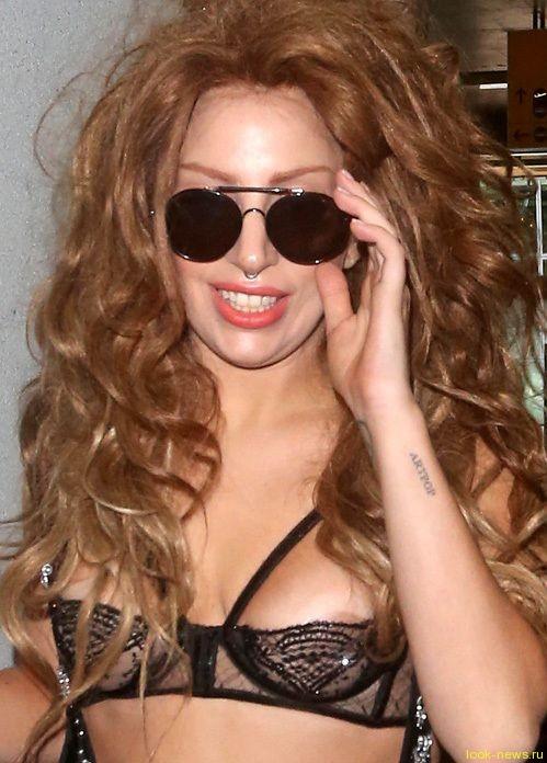 Леди Гага прилетела в Лондон в прозрачном лифчике