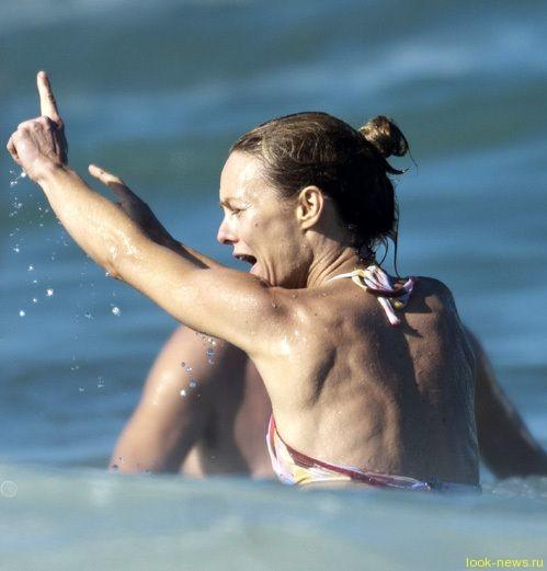 Ванесса Паради ужаснула пляж костлявой фигурой