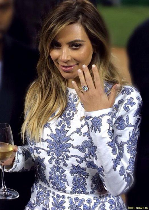 Ким Кардашьян показала помолвочное кольцо в 15 каратов