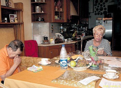 Жену Караченцова избили!