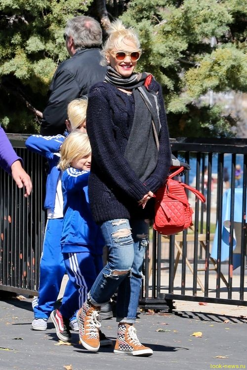 Беременная Гвен Стефани на прогулке с семьей