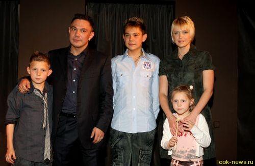 Боксер Костя Цзю бросил жену и троих детей ради москвички.