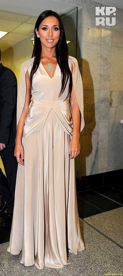 Алсу устроила благотворительную распродажу своих платьев