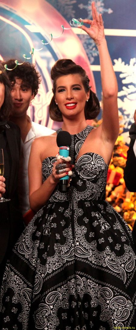 Кэти Топурия блеснула роскошным декольте