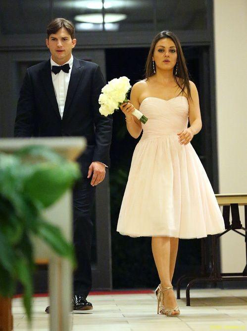 Мила Кунис примерила свадебное платье