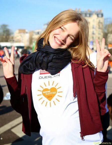 Беременная Наталья Водянова пробежала марафон в Париже