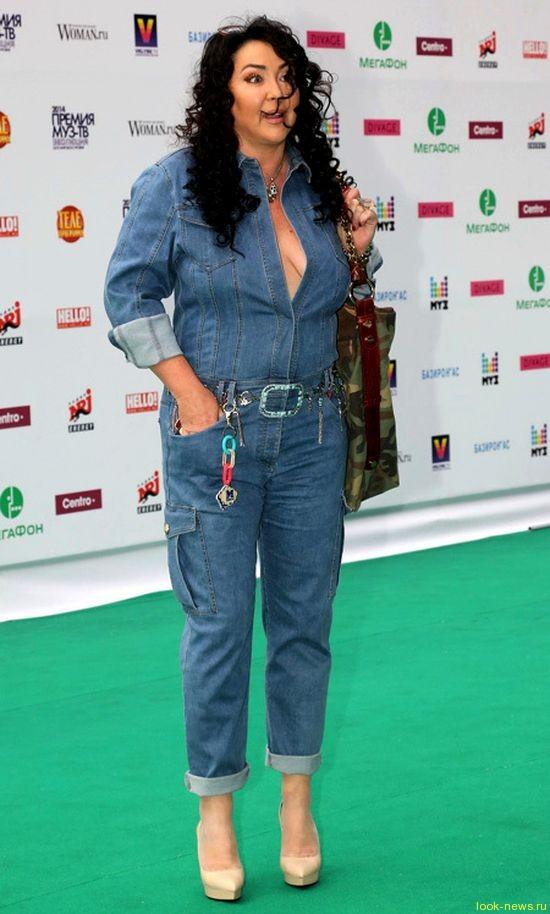 Лолита Милявская пришла на премию «МУЗ-ТВ» с декольте до пупка