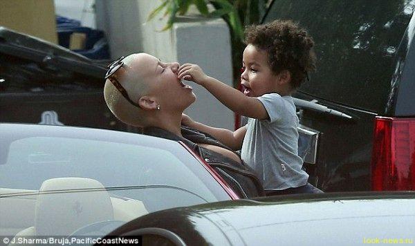 Актриса и модель Эмбер Роуз кормит сына фастфудом