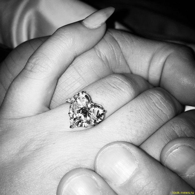 Леди Гага показала обручальное кольцо за полмиллиона долларов