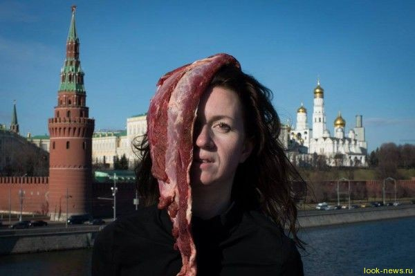 Украинская художница с мясом на голове устроила протест в Москве