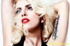 Пьяная Леди Гага упала возле своего автомобиля