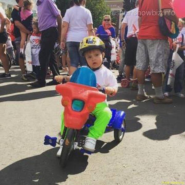Сын Эвелины Бледанс принял участие в велопробеге