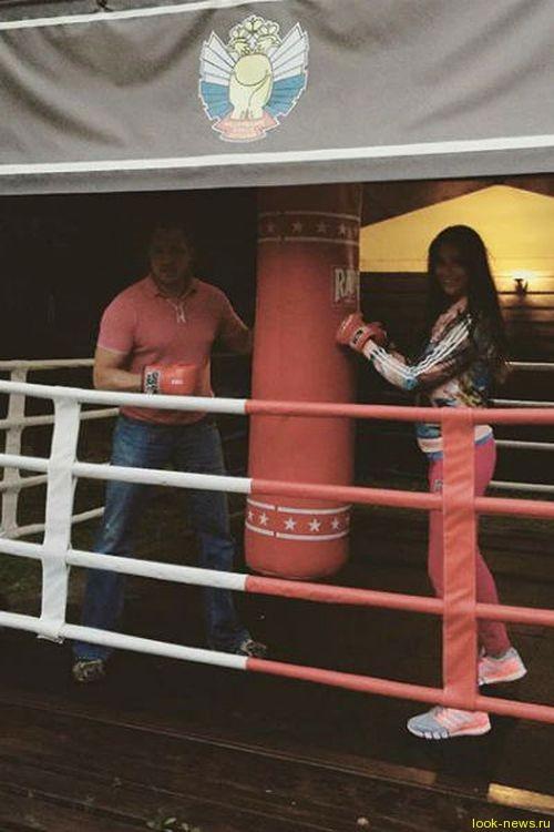 Оксана Федорова берет уроки бокса у мужа