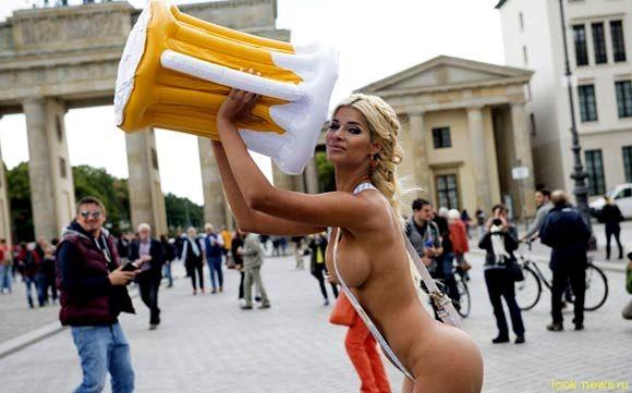 Немецкая модель устроила эротическую фотосессию в центре Берлина