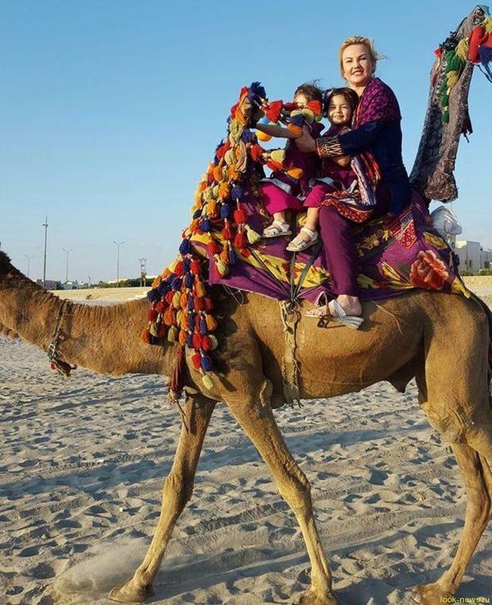 Певица Камалия с дочерьми оседлала верблюда