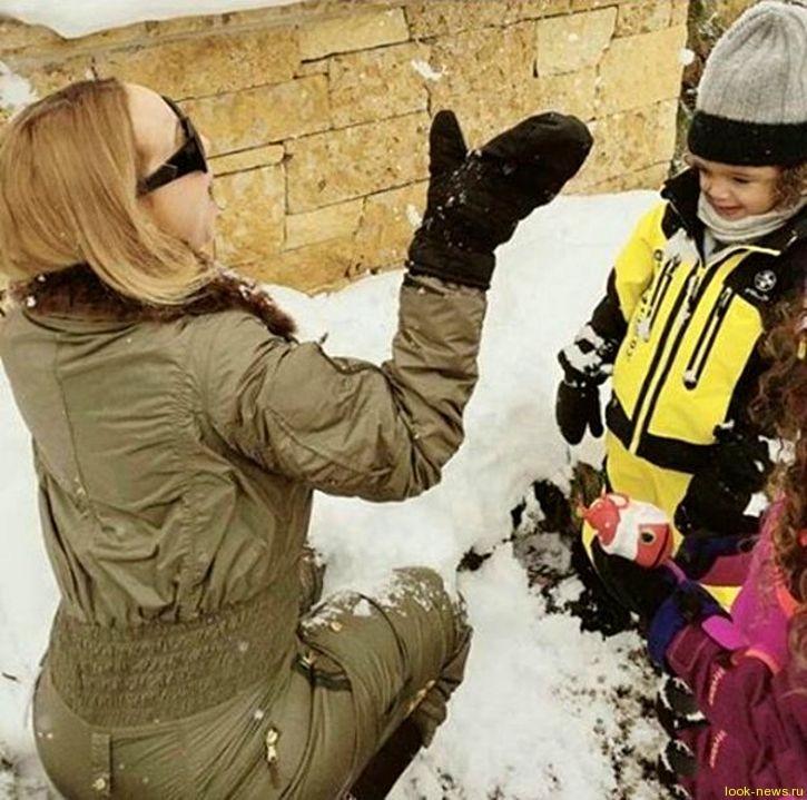 Мэрайя Кэри поиграла в снежки с детьми