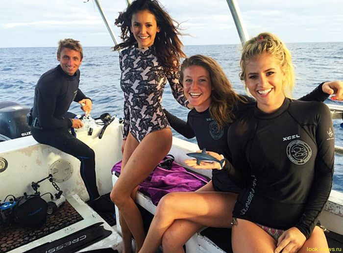Актриса Нина Добрев поплавала с акулами