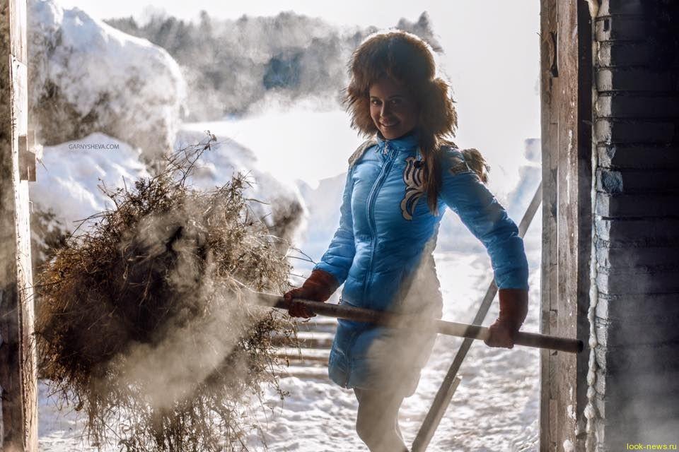 «Уральская пельмешка» Юля Михалкова теперь доит коров и чистит хлев