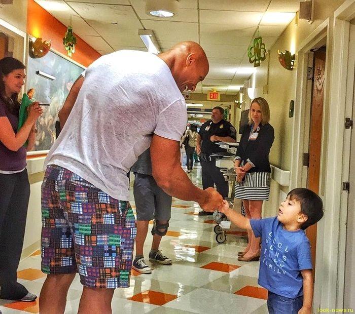 Дуэйн Джонсон навестил маленьких пациентов детской больницы