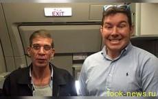 Заложник египетского самолета сделал веселое селфи с захватчиком