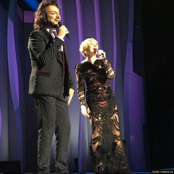 Любовь Успенская в голом платье спела с Киркоровым
