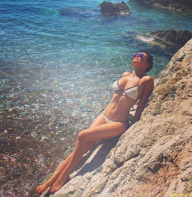 Даша Астафьева похвасталась попой в смешном купальнике