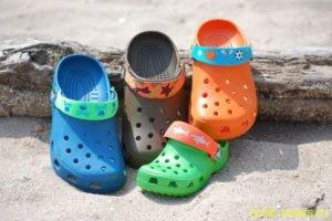 Обувь известной марки Crocs покорила всех своим удобством и практичностью. Ее создатели утверждают, что изготовлена она из особого материала Croslite, который состоит из закрытых ячеек, заполненных природной смолой. Искусственная обувь   Но могут ли позволить себе обычные люди такую дорогую обувь? Скорее всего, нет. Многие в погоне за брендом покупают пластиковые реплики известной марки, даже не подозревая, что это может навредить их здоровью.  Недавно ученые из Германии провели ряд исследований, для которых были отобраны 10 пластиковых реплик обуви Crocs. Исследователи были поражены результатами! Оказалось, что пластиковая обувь на 60 % состоит из ароматических полициклических углеводородов!  Эти канцерогенные соединения в дальнейшем могут стать причиной возникновения некоторых видов рака. Удивительно, но больше всего канцерогенных соединений было обнаружено в пластиковой обуви черного цвета!   Из этого следует, что необходимо более внимательно подходить к выбору обуви, стараться покупать проверенный продукт в лицензионных магазинах. Ведь большинство родителей, покупая такие удобные шлепанцы для детей, даже не подозревают об их опасности.  http://medinfo.ua