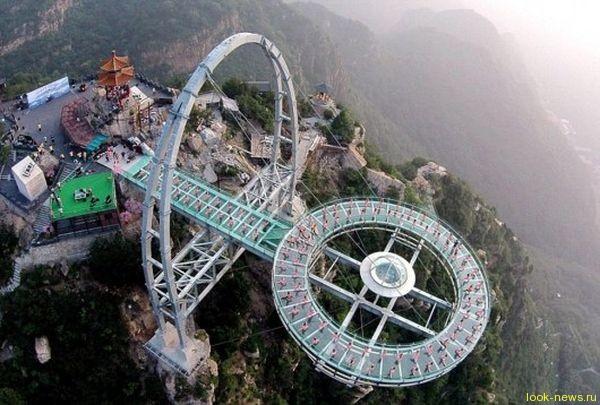 В Китае открыли очередной стеклянный мост над бездной
