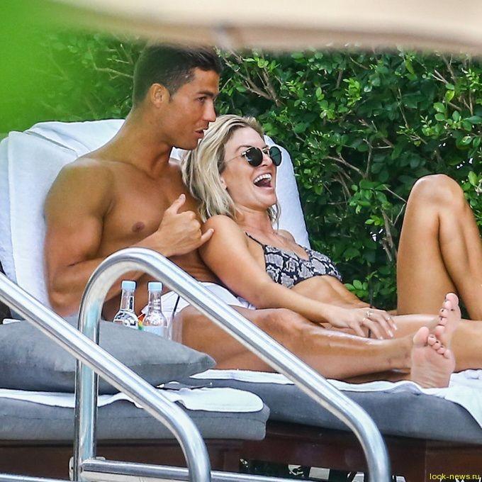 Криштиану Роналду веселится с новой подружкой
