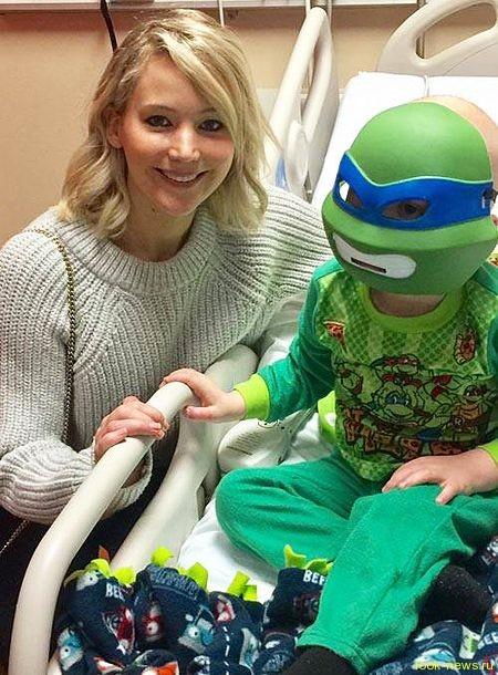 Дженнифер Лоуренс сделала сюрприз детям в больнице ее родного города Луисвилла