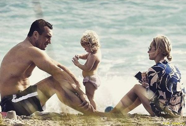 Кличко и Панеттьери с дочерью отдохнули на пляже