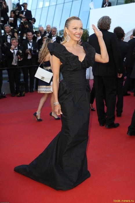 Кендалл Дженнер блеснула в Каннах в платье с ошеломительным шлейфом