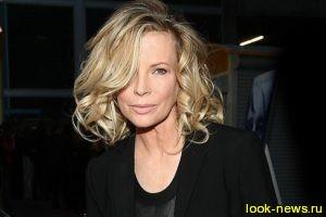 63-летняя Ким Бесинджер отлично смотрится в молодежном наряде